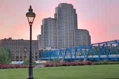 Immagine di primo mattino del ponte blu fotografia stock libera da diritti