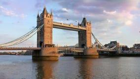 Immagine di riserva del ponte della torre al crepuscolo - Immagine Stock