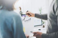Immagine di riunione d'affari Uomo della foto che mostra documento cartaceo Squadra dei responsabili che lavora con il nuovo prog Immagini Stock