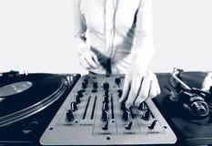 Immagine di semitono in bianco e nero di una femmina funky DJ Fotografie Stock Libere da Diritti