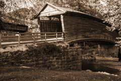 Immagine di seppia del ponte coperto a dorso d'asino storico immagine stock libera da diritti