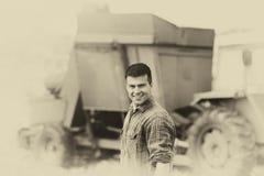 Immagine di seppia dell'agricoltore con la mietitrice Immagini Stock