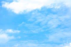 immagine di sfondo bianca della nuvola e del cielo blu della sfuocatura Immagini Stock Libere da Diritti