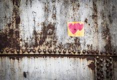 Immagine di sfondo dell'acciaio e della ruggine con due piccoli cuori rosa Fotografia Stock