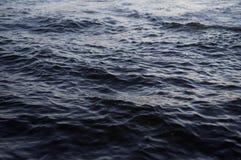 Immagine di sfondo della superficie dell'acqua di acqua di mare con le piccole onde fotografia stock libera da diritti