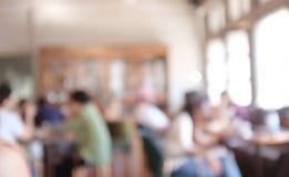 Immagine di sfondo vaga della caffetteria gruppo di persone della sfuocatura che lavorano allo spazio dilavoro, stile casuale, af fotografie stock libere da diritti