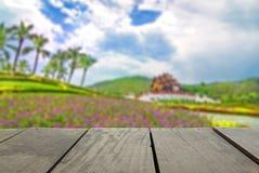Immagine di sfuocatura del legno del terrazzo e di Flora Chiangmai Thailand reale Fotografia Stock