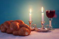 Immagine di Shabbat pane del challah, vino dello shabbat e candela immagini stock