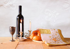 Immagine di Shabbat pane del challah, vino dello shabbat e candela sulla tavola di legno fotografie stock libere da diritti