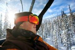 Immagine di stile di vita di salute di giovane snowboarder Immagini Stock