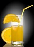 immagine di succo d'arancia su fondo nero fotografie stock