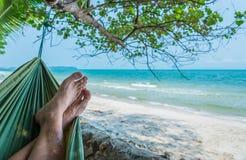 Immagine di tempo di rilassamento sulla spiaggia di sabbia bianca Fotografia Stock Libera da Diritti