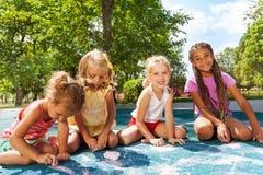 Immagine di tiraggio delle ragazze con gesso sul campo da giuoco Fotografia Stock