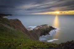 Immagine di tramonto dalla cima della scogliera fotografia stock