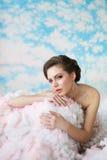 Immagine di umore di estate dove bella ragazza che posa fra le nuvole Fotografia Stock