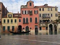 Immagine di un canale e di una gondola a Venezia fotografie stock