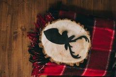 Immagine di un cervo su un albero del taglio Fotografia Stock