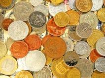 Immagine di un gran numero di monete dei vecchi soldi dei paesi differenti sul fondo del dollaro fotografia stock