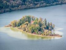 Immagine di un'isola nel lago Schliersee in autunno fotografia stock libera da diritti