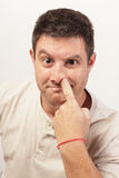 Immagine di un uomo che seleziona il suo radiatore anteriore Immagini Stock