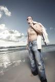 Immagine di un uomo sulla spiaggia Fotografie Stock Libere da Diritti