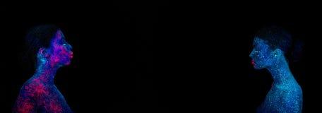Immagine di una medusa rosa sulla spalla e sul fronte Due profili di una ragazza straniera blu, fra loro uno spazio immagini stock libere da diritti