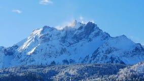 Immagine di una montagna innevata nelle alpi svizzere nell'inverno Immagini Stock Libere da Diritti