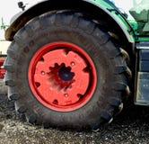 Immagine di una ruota e di una gomma del trattore Immagini Stock Libere da Diritti