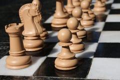 immagine di una scacchiera e dei pezzi degli scacchi Fotografie Stock Libere da Diritti