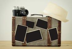 Immagine di vecchi bagagli d'annata, del cappello della fedora, di vecchia macchina fotografica d'annata della foto e delle foto  Fotografia Stock