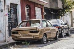 Immagine di vecchia automobile abbandonata sulla via fotografia stock