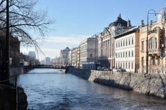 Immagine di vecchie sponde del fiume della città con le costruzioni storiche di architettura Fotografia Stock