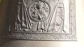 Immagine di vergine Maria e di Gesù sulla campana ortodossa stock footage