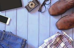 Immagine di vista superiore degli accessori e dei vestiti dei pantaloni a vita bassa Immagine Stock Libera da Diritti