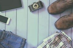 Immagine di vista superiore degli accessori e dei vestiti dei pantaloni a vita bassa Fotografie Stock
