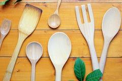 Immagine di vista superiore dei cucchiai di legno sullo scrittorio di legno, strumenti di legno differenti della cucina sulla tav Immagini Stock Libere da Diritti