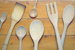Immagine di vista superiore dei cucchiai di legno sullo scrittorio di legno, strumenti di legno differenti della cucina, vecchi c Fotografia Stock