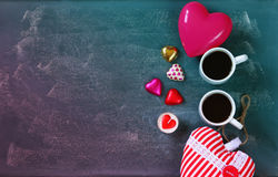 Immagine di vista superiore del cioccolato variopinto di forma del cuore, cuore del tessuto e tazze delle coppie di caffè sul fon Immagine Stock Libera da Diritti