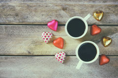 Immagine di vista superiore del cioccolato variopinto di forma del cuore, cuore del tessuto e tazze delle coppie di caffè sulla t Immagine Stock
