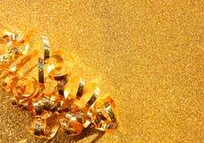 Immagine di vista superiore del nastro dorato riccio Immagine Stock