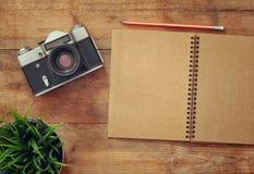 Immagine di vista superiore del taccuino in bianco aperto e di vecchia macchina fotografica Fotografie Stock Libere da Diritti