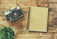 Immagine di vista superiore del taccuino in bianco e di vecchia macchina fotografica Retro filtrato Immagini Stock