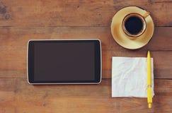 Immagine di vista superiore della nota del dispositivo, del caffè e della carta della compressa sopra fondo di legno Fotografie Stock Libere da Diritti
