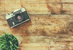 Immagine di vista superiore di vecchia macchina fotografica d'annata Retro filtrato Fotografie Stock