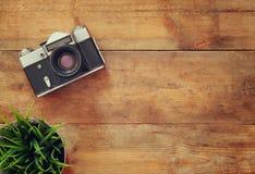 Immagine di vista superiore di vecchia macchina fotografica d'annata Retro filtrato Immagine Stock Libera da Diritti