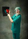 Immagine divertente del chirurgo dell'ospedale con i raggi fotografie stock libere da diritti