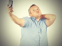 Immagine divertente dell'uomo d'affari grassottello dell'uomo che fa selfie fotografia stock