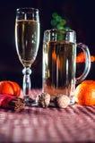 Immagine divertente di un bicchiere di vino e di un vetro di birra di champagne Fotografie Stock Libere da Diritti