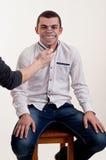 Immagine divertente del giovane che gioca con una lente d'ingrandimento sopra la sua bocca Immagini Stock Libere da Diritti