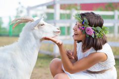 Immagine divertente un bello agricoltore della ragazza con una corona su lei Fotografie Stock Libere da Diritti